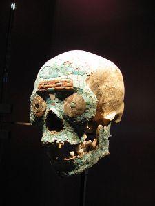 Skull_with_mosaïc,_Aztecs